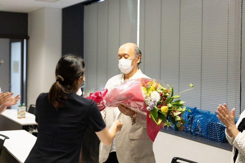 院長への花束贈呈の写真