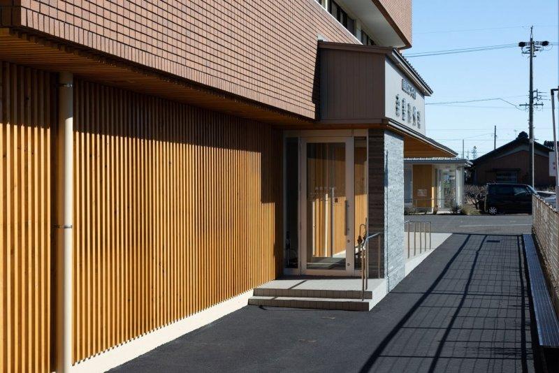 愛知県一宮市の森整形外科の正面玄関 名岐バイパス側